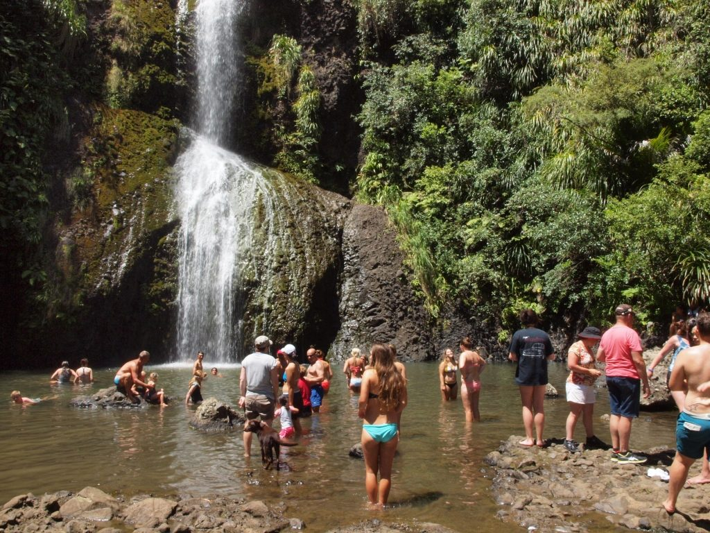 キテキテ滝。真夏の滝壺は大人気!