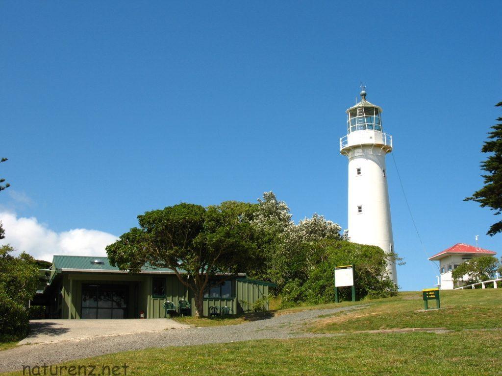 ティリティリ島の灯台。手前に売店が見える