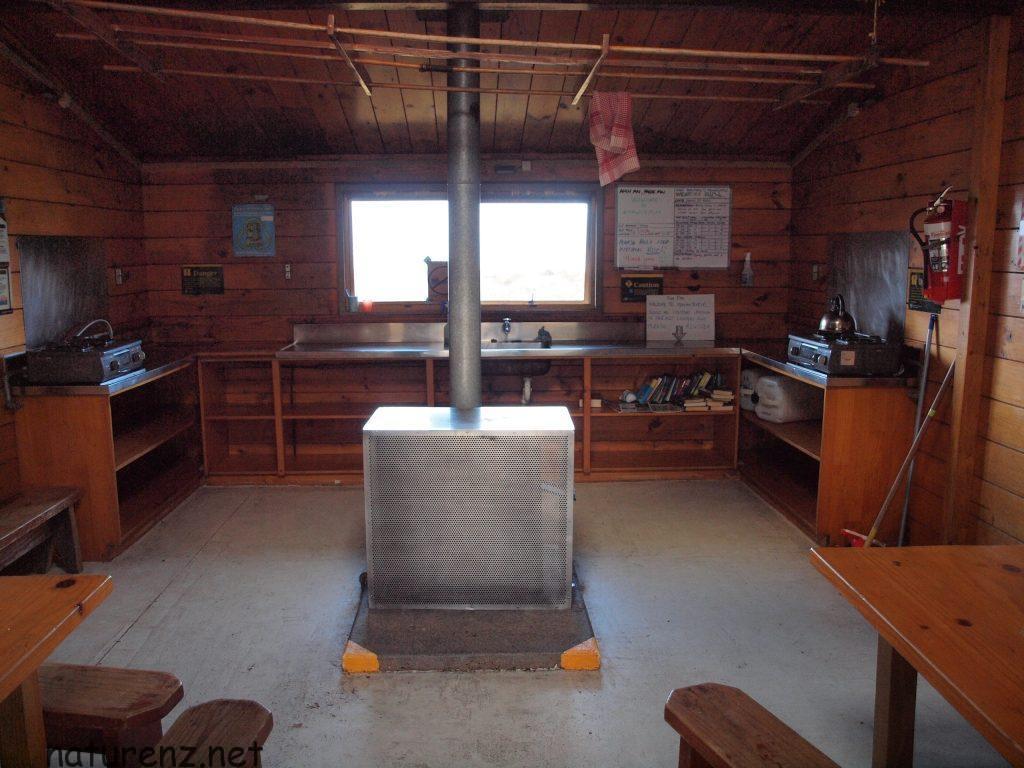 ハットのキッチン兼ラウンジ。これはトンガリロ国立公園のグレートウォーク・ハット