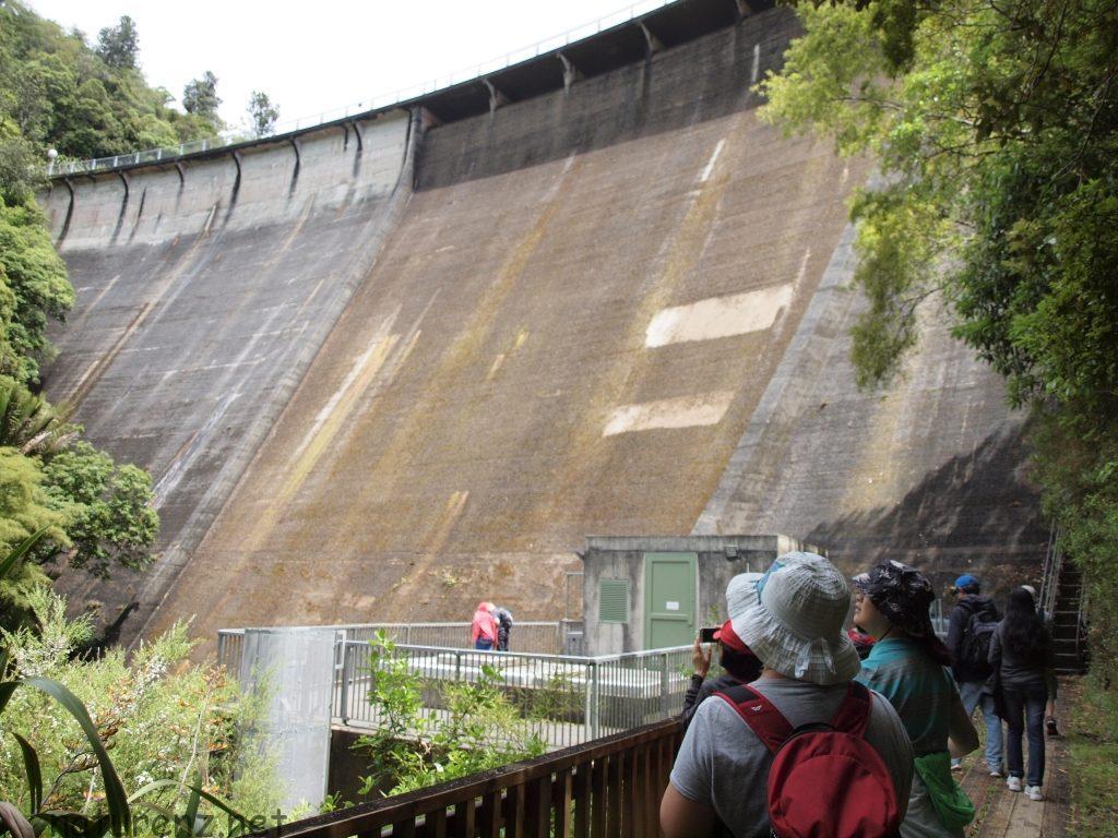 アッパーニホツプ・ダムが見えた。・・高い!!