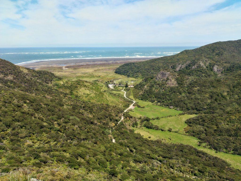 最も標高の高い241mからの景色。キャンプ場もわずかに見れる。奥はタスマン海。