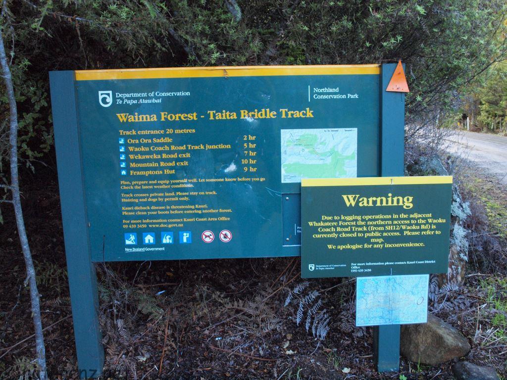 登山口の案内板。最高峰te raupuaまで所要時間はかかれていなかった。やはり実際に登ってみるほかなさそうだ。