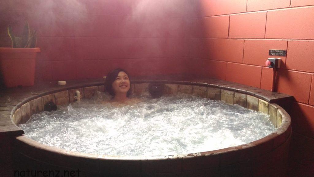 オークランド近郊の温泉めぐり!貸切風呂が楽しめる天然温泉「ミランダ・ホットスプリングス」へ!