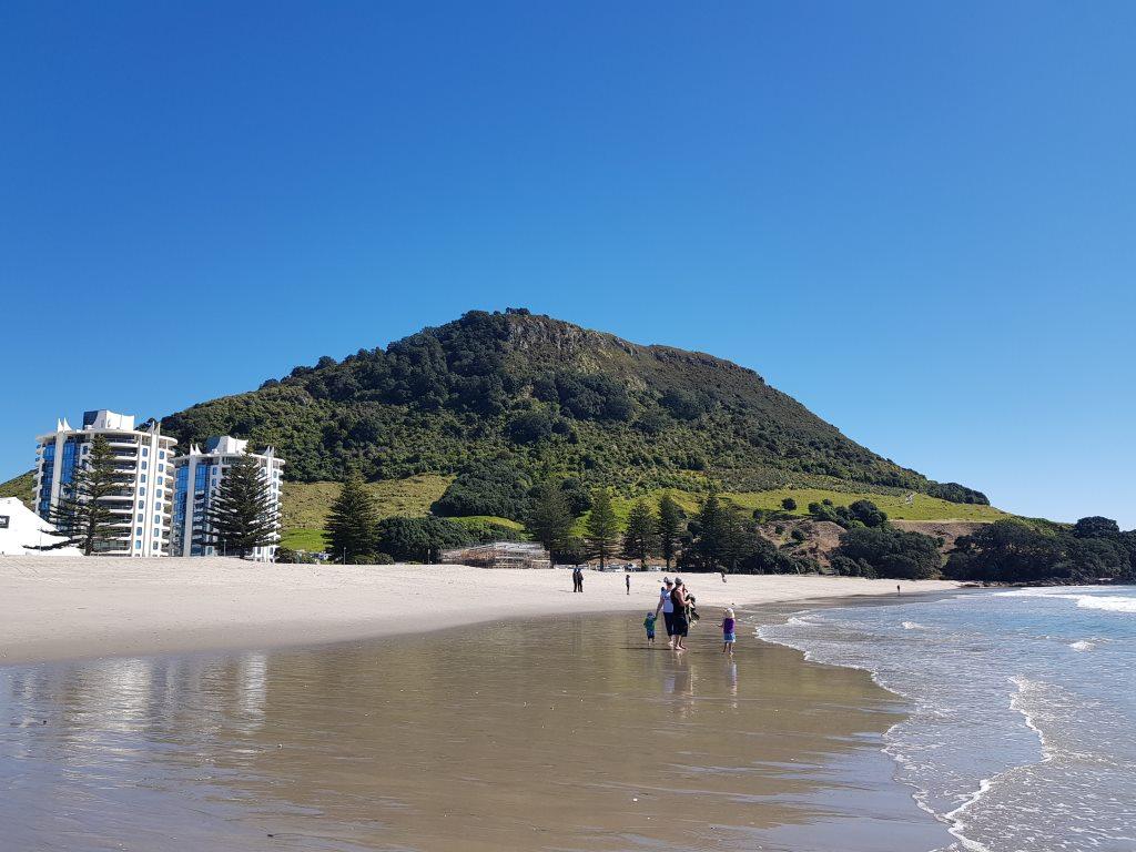 タウランガのマウント・マウンガヌイをふもとのビーチから眺める