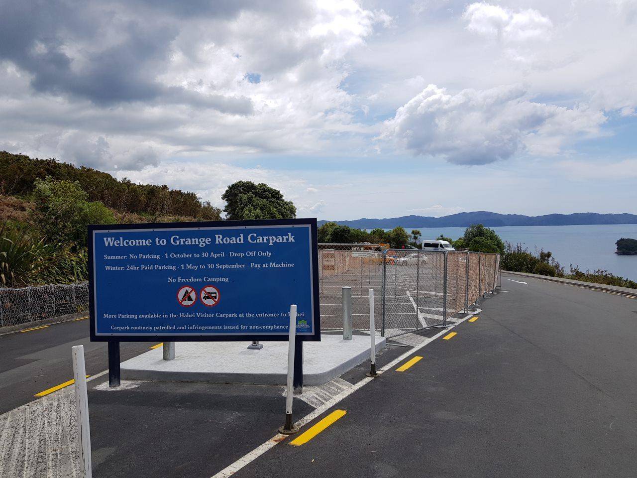 夏期は閉鎖される、カセドラルコーブの専用駐車場